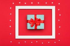 De gelukkige Dag van Valentine ` s, Moeder` s Dag, Vrouwen` s Dag of Verjaardagsachtergrond Vlak leg met prachtig verpakt heden Stock Foto