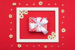 De gelukkige Dag van Valentine ` s, Moeder` s Dag, Vrouwen` s Dag of Verjaardagsachtergrond Vlak leg met prachtig verpakt heden Royalty-vrije Stock Foto's