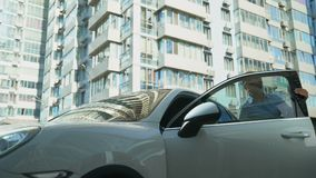 De gelukkige dame krijgt uit luxe auto, succesvolle carrière en rijkdom, autoaankoop stock videobeelden