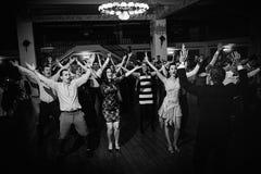 De gelukkige dans van de huwelijkspartij stock foto's