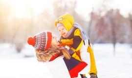 De gelukkige de familiemoeder en baby zijn gelukkige sneeuw op de wintergang Stock Afbeelding