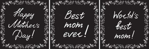 De gelukkige die kaarten van de moeder` s dag met handdrawn bloemengrens en het handlettering op bordachtergrond worden geplaatst Stock Fotografie