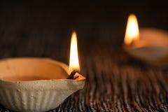 De gelukkige die lampen van Diwali - Clay Diya-tijdens Dipavali, Hindoese festiv worden aangestoken royalty-vrije stock fotografie