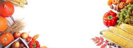 De gelukkige die de de de de Thanksgiving dayachtergrond, lijst met Pompoenen wordt verfraaid, Maïs, vruchten en herfst gaan weg  royalty-vrije stock foto