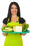 De gelukkige dienende kaas van de marktarbeider Stock Afbeeldingen