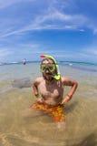 De gelukkige duikende mens in het zwemmen maskeert en snorkelt Royalty-vrije Stock Foto
