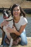 De gelukkige Eigenaar van de Hond Stock Afbeeldingen