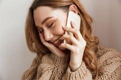 De gelukkige en jonge vrouwenjaren '20 met bruine haarholding telefoneren, en enj Stock Foto