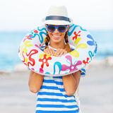 De gelukkige en kleurrijke dragende zonnebril van de strandvrouw en strandhoed die de zomerpret hebben tijdens de vakantie van de Royalty-vrije Stock Fotografie