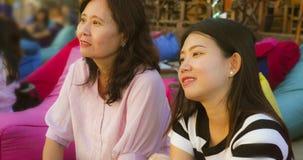 De gelukkige en mooie Aziatische Chinese vrouw die de Zomer van vakantie genieten reist samen met haar het hogere rijpe moeder vr stock foto