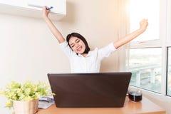 De gelukkige en succesvolle onderneemster neemt haar wapens op en celebrat Stock Afbeeldingen