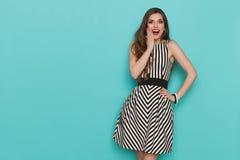 De gelukkige en Verraste Elegante Vrouw is Holdingshand op Kin stock fotografie