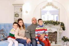 De gelukkige en vrolijke familie in feestelijke stemming heeft pret en lach tog Stock Foto's