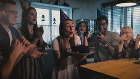 De gelukkige Europese een wens maken en de verjaardagscake die van de meisjesholding, die multi-etnische vrienden zingt bij de la stock videobeelden
