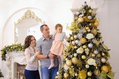 De gelukkige familie in afwachting van gelukkige vakantie verenigt zich nea stock fotografie