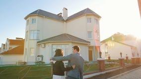 De gelukkige familie bekijkt nieuw huis stock video
