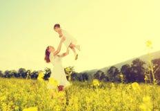 De gelukkige familie, de moeder en weinig spel van het dochterkind en hebben pret Royalty-vrije Stock Fotografie