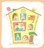 De gelukkige familie en hun huisdieren kijken uit de vensters Stock Foto