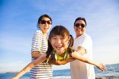 De gelukkige familie geniet de zomer van vakantie Royalty-vrije Stock Foto