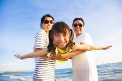 De gelukkige familie geniet de zomer van vakantie Royalty-vrije Stock Foto's