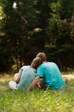 De gelukkige familie geniet van aard Royalty-vrije Stock Foto's