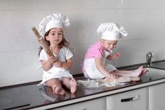 De gelukkige familie grappige jonge geitjes bereiden het deeg voor, bakken koekjes in de keuken royalty-vrije stock foto's
