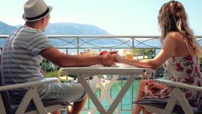 De gelukkige familie heeft een ontbijtzitting op balkon bij mooie eilandachtergrond stock footage