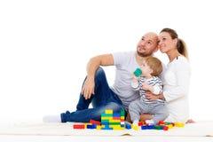 De gelukkige familie met baby bouwt huis Royalty-vrije Stock Foto