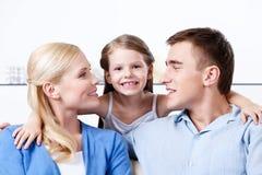 De gelukkige familie omhelst elkaar op de bus Royalty-vrije Stock Fotografie
