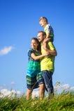 De gelukkige familie van drie mensen heeft in openlucht pret Royalty-vrije Stock Afbeelding