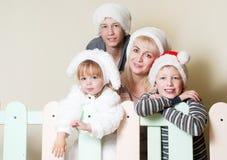 De Gelukkige familie van het portret in Kerstmis Stock Afbeeldingen
