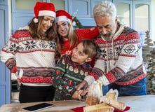 De gelukkige familie verzamelde zich op scherpe pandoro van de Kerstmisdag royalty-vrije stock afbeeldingen