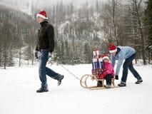 De gelukkige familie viert Kerstmis royalty-vrije stock afbeelding