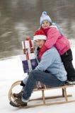 De gelukkige familie viert Kerstmis stock foto's