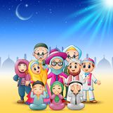 De gelukkige familie viert voor eid Mubarak met moskeeachtergrond stock illustratie