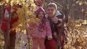 De gelukkige familiegangen in park stock video