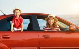 De gelukkige familiemoeder en de kindjongen gaan naar de reis van de de zomerreis in auto stock afbeeldingen