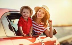 De gelukkige familiemoeder en de kindjongen gaan naar de reis van de de zomerreis in auto royalty-vrije stock afbeeldingen