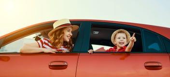 De gelukkige familiemoeder en de kindjongen gaan naar de reis van de de zomerreis in auto stock foto's