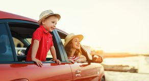 De gelukkige familiemoeder en de kindjongen gaan naar de reis van de de zomerreis in auto stock foto