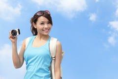 De gelukkige foto van de vrouwenreiziger door camera royalty-vrije stock foto's