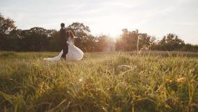 De de gelukkige gangen en roezen van het huwelijkspaar op mooie aard bij kasteel stock videobeelden