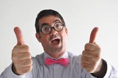 De gelukkige geeky mens benadrukt duimen Stock Afbeelding