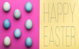 De gelukkige gekleurde achtergrond van Pasen pastelkleur De hand geschilderde kaart van de paaseierengroet Stock Foto's