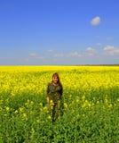 De gelukkige gele gebieden van de camouflagevrouw royalty-vrije stock fotografie