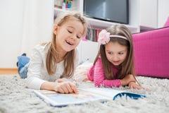 De gelukkige gelezen Meisjes boeken Stock Afbeeldingen