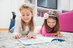 De gelukkige gelezen Meisjes boeken Royalty-vrije Stock Afbeelding