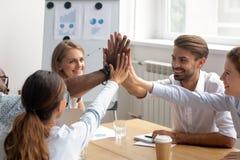 De gelukkige gemotiveerde diverse leden van commercieel team treden toe samen tot handen royalty-vrije stock afbeelding