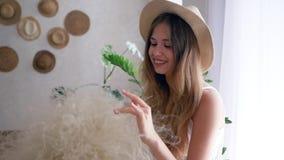 De gelukkige gezonde jonge vrouw vrij van allergieën met boeket van veergrassen in strohoed glimlacht stock video