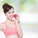 De gelukkige gezondheidsvrouw toont appel Royalty-vrije Stock Foto's